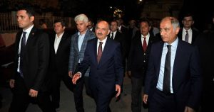 Çalışma ve Sosyal Güvenlik Bakanı Mehmet Müezzinoğlu (sağ 3) ve İçişleri eski Bakanı Efkan Ala (sağda), Hakkari'de teröristlerle çıkan çatışmada yaralanan ve tedavi gördüğü hastanede şehit olan Uzman Çavuş Yavuz Mete'nin, Bursa'nın İnegöl ilçesinde yaşayan ailesine taziye ziyaretinde bulundu. ( Şaban Kılıçcı - Anadolu Ajansı )